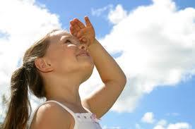 Flicka tittar upp i skyn