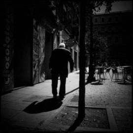 En gammal man går i mörkret