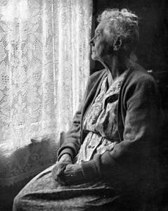 Gammal ensam kvinna
