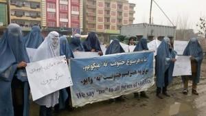Afghanska män demonstrerar mot kvinnoförtryck