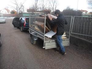 Jakob slänger gamla soffan på släpkärran 4 mars 2015
