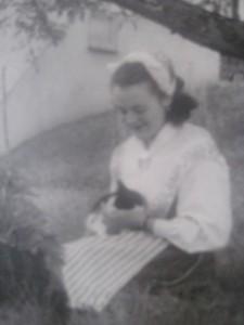 Copy of Hjördis som ung med katt i knäet