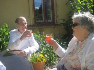 Göte och Hjördis skålar på Midsommarafton 2010