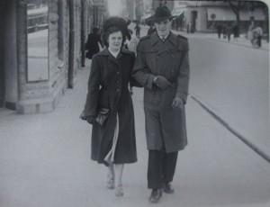 Ett blvande äkta par mamma och pappa 1950tal