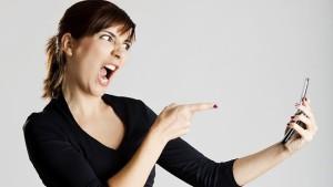 Argsint kvinna med mobil