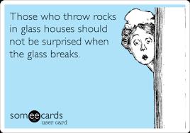 Kasta sten i glashus bild