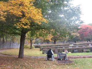 18 Mamma ensam vid pappas grav på Brordagen 5 okt 2013