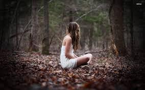Sitta ensam i skogen